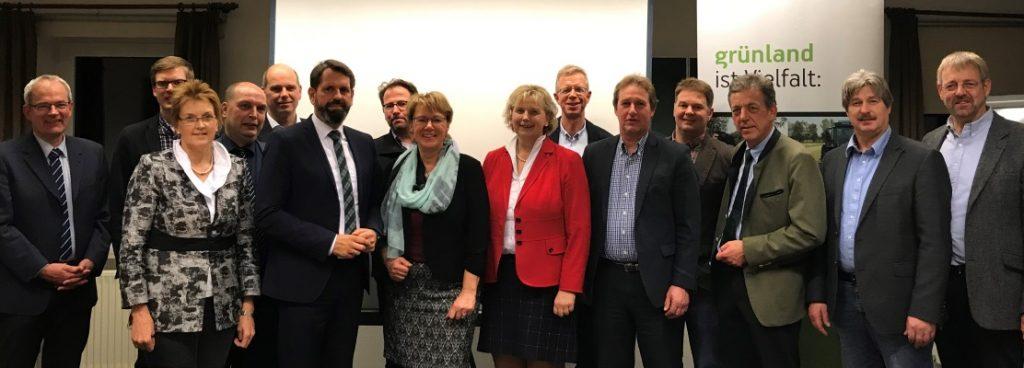 Landwirtschaftsministerin Barbara Otte-Kienast (8.v.l.) und Umweltminister Olaf Lies (6.v.l.) sowie weitere Politiker diskutierten mit Landvolk-Vertretern der Küstenlandkreise im Grünlandzentrum Ovelgönne.